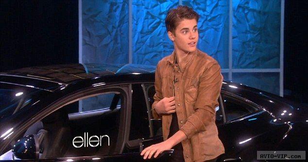 Джастин Бибер открывает дверь своей новой машины, которую он получил в качестве подарка на 18-летие