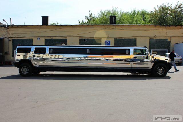 Большой и блестящий лимузин Хаммер