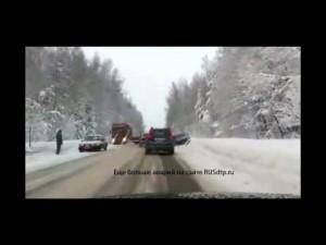 Бешеный лесовоз уходит от аварии