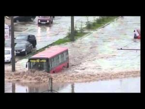 Прогулочный автобус-катер в городском потопе