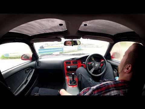 Видео о том, как гонщик чуть не умер, отравившись угарным газом в машине