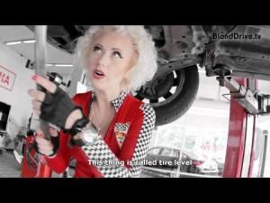 Блондинка готовит автомобиль к дальней поездке