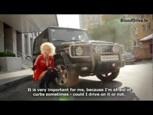 Блондинка рулит в Гелэндэвагене