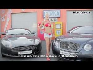 Блондинка моет автомобили