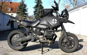 Мотоцикл в стиле «Безумного Макса», с крестами