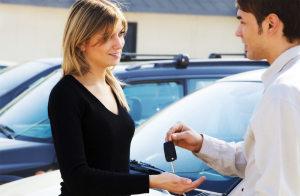 Кому принадлежит право собственности на машину при автокредите?